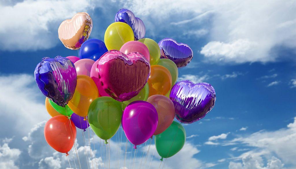 Zwevende verjaardagsballonnen voor een verjaardagsfeest